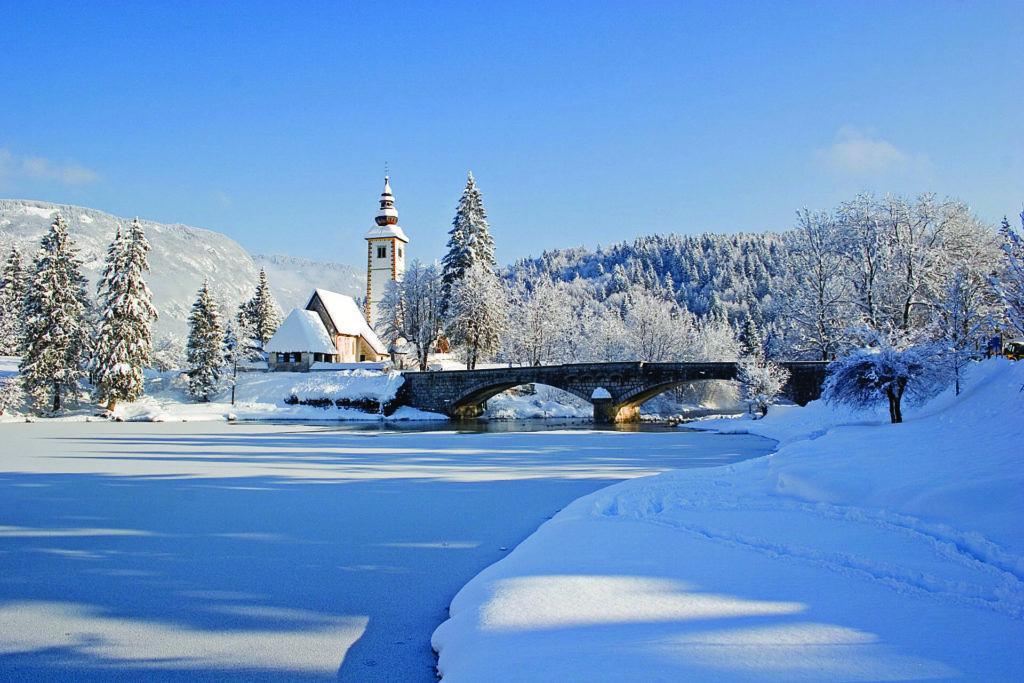 Bohinjské jezero, Julské Alpy, Slovinsko. Foto: Turizem Bohinj