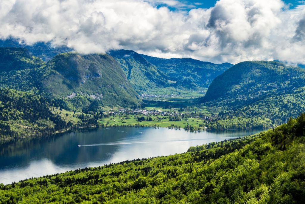Výhled na Bohinjské jezero z Vogelu, Triglavský národní park, Slovinsko
